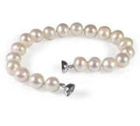 Classic white pearl bracelet